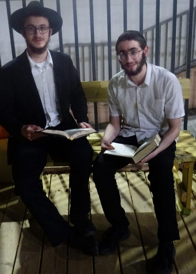 Lévi és Eli beszélgetnek a Rebe tanításairól