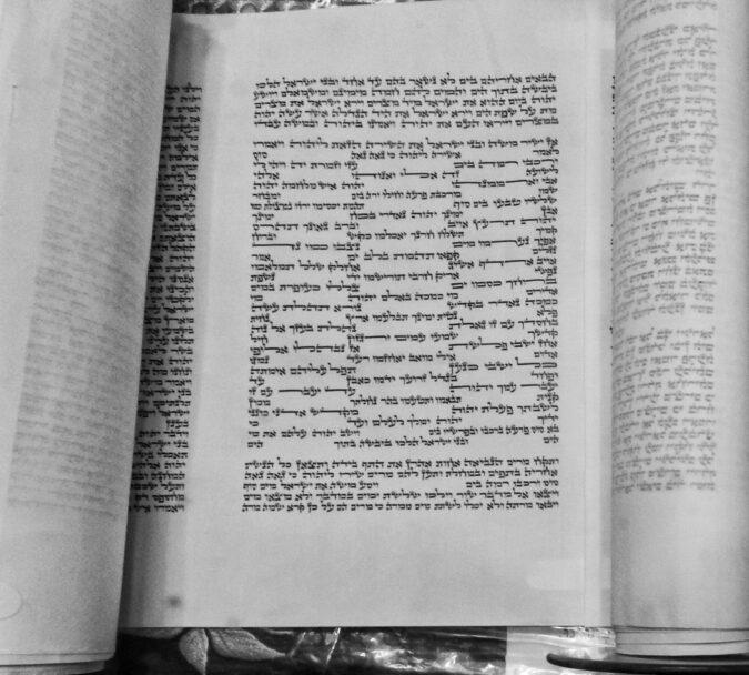 A Tenger dala, Vasvári zsinagóga Tóra tekercse