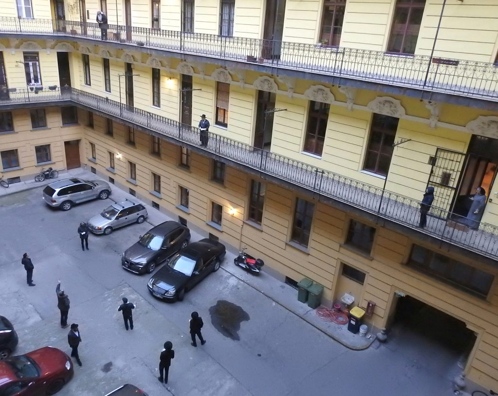 """""""Biztonságos minjen"""" nyitott helyen (nagy udvarban), tíz ember két méteres távolságokban (tizedik Tamas-Haim, a fotós, a második emeleten)"""