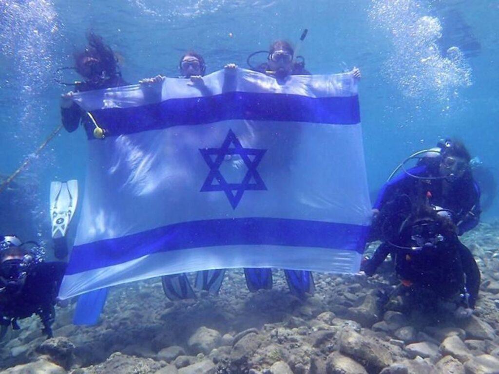 Izraeli zászlóval a víz alatt